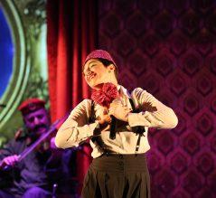 Hishik Bishik - Yasmina holding bouquet